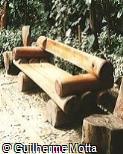 Banco em madeira com apoio de braço
