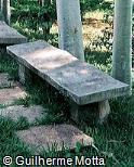Banco em concreto pré-moldado com assento curvo