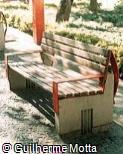 Banco em madeira, ferro e concreto