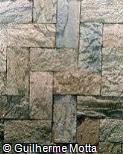 Piso em pedra irregular de formato retangular em espinha de peixe