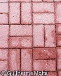Piso em blocos retangulares de concreto tingido