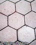 Piso intertravado hexagonal