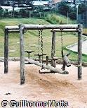 Balanço triplo de madeira