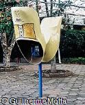 Telefone público em forma de tamanco