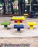 Mesa e assentos em concreto pré-moldado com tabuleiro de damas