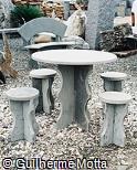 Mesa em ardósia polida com bancos