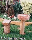 Mesa e assento em madeira bruta