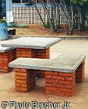 Mesa e assentos em concreto e tijolinho