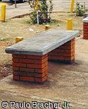 Banco em concreto e tijolinho