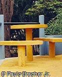Mesa e assentos em concreto pré-moldado