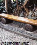 Banco em toras de madeira sem encosto