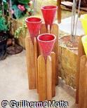 Conjunto de vasos cônicos em suportes de madeira
