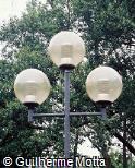 Poste de iluminação em aço com 3 globos de vidro