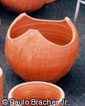 Vaso cortado de argila vermelha