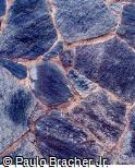 Muro com Pedras azuis e Telhas