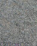 Pedra britada cinza e branca