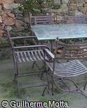 Mesa e assentos em ferro e vidro