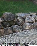 Muro Baixo de pedras encaixadas
