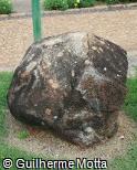 Pedra escultórica rolada escura