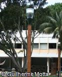 Poste de iluminação em madeira