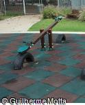 Sobe-e-desce em madeira e pneu
