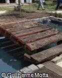 Ponte de madeira bruta