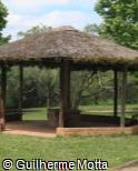 Quiosque de palha e alvenaria